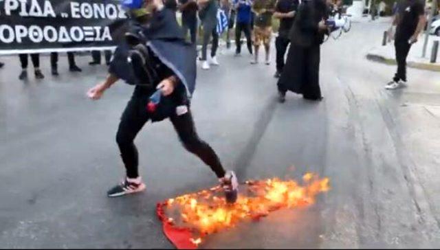 Yunanistan Dışişleri Bakanlığı, Türk bayrağının yakıldığı saldırıyı kınadı