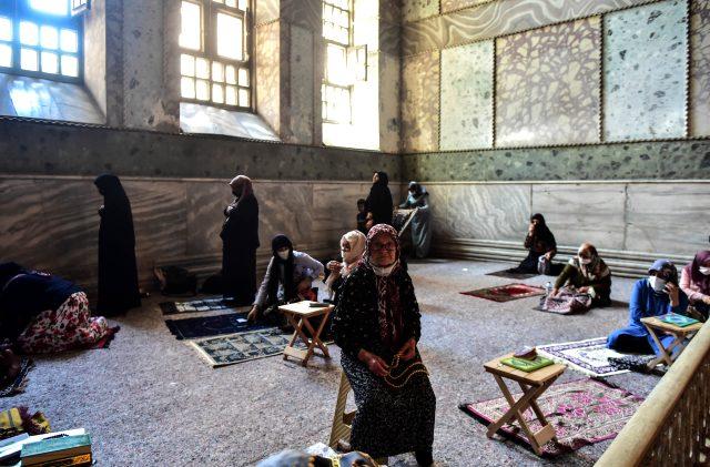 Düğün öncesi gelinlik ve damatlıkla Ayasofya Camii'ne gelip dua ettiler
