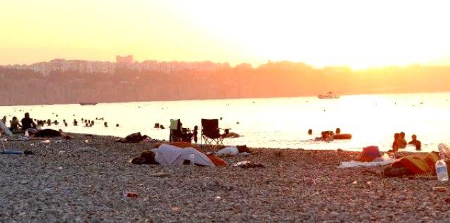 Sıcaktan bunalan Antalyalılar Konyaaltı Sahili'nde sabahlıyor