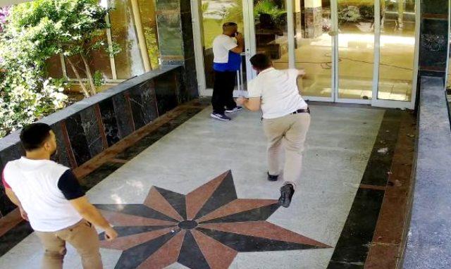 Turistik oteli tahrayla bastılar