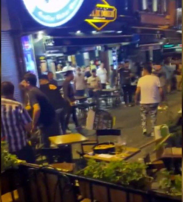 Beşiktaş Çarşı'da sandalyeler havada uçuştu, o anlar kameralara saniye saniye yansıdı