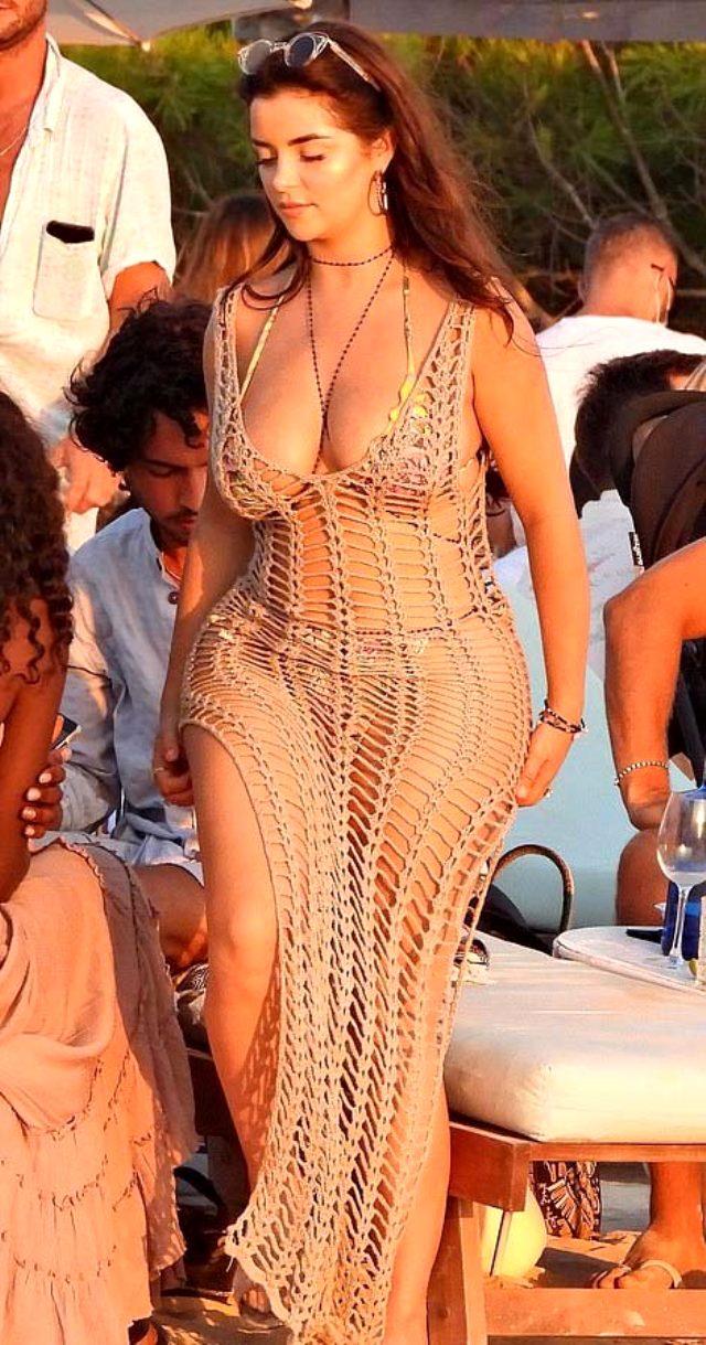 İngiliz model Demi Rose, file elbisesiyle kıvrımlarını sergilemekten kaçınmadı