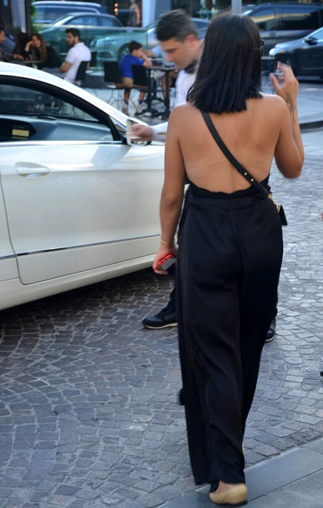 Zehra Çilingiroğlu, derin sırt dekolteli tulumuyla alışverişe çıktı