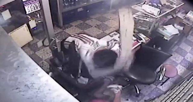 Gözü dönmüş saldırgan, girdiği büfede iş yeri sahibine çivili kalasla vurdu
