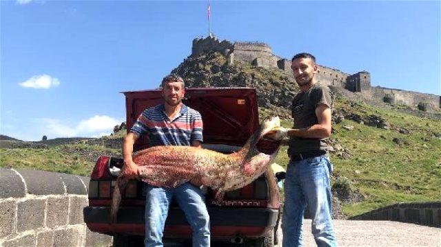 Karslı iki kardeş2 metrelik yayın balığı yakaladı