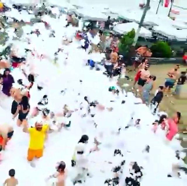 Koronavirüse rağmen köpük partisi yapıp horon oynatan plaj işletmecilerine ceza