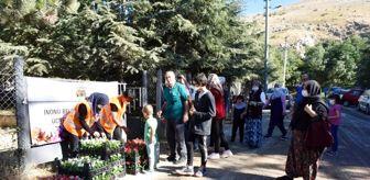 Kadir Bozkurt: İnönü Belediyesi mezarlıklarda çiçek dağıttı