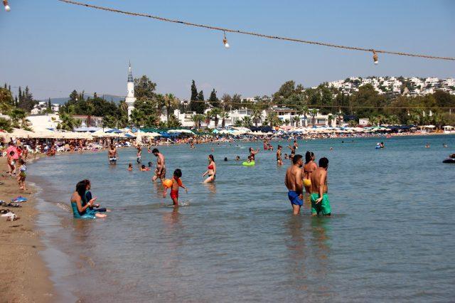 Tatilciler yolları kilitledi, Bodrum'da tüm sahiller doldu