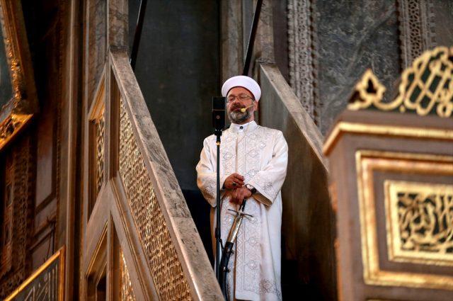 Diyanet İşleri Başkanı Ali Erbaş, bayram namazı hutbesine de kılıçla çıktı