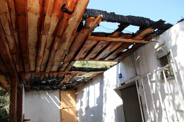 Evi yanan 76 yaşındaki Bülbül Nine, ahırda yaşam mücadelesi veriyor