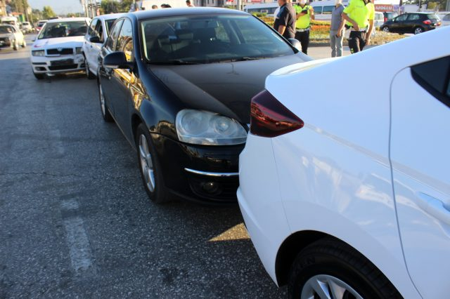 Hatalı dönüş kazayı beraberinde getirdi! 5 araç birbirine girdi