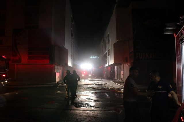 İş yerinde çıkan yangın bitişikteki 4 dükkana sıçradı