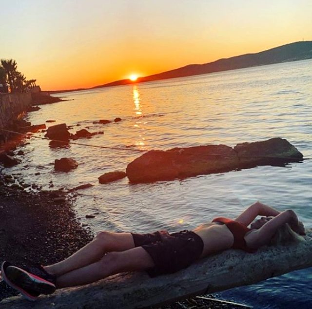 Helin Avşar bikinili pozunu paylaştı, abla Hülya Avşar kardeşinin fiziğine hayran kaldı