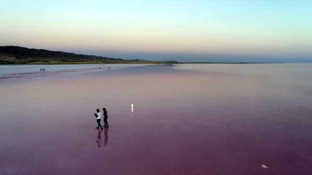 Pembeye bürünen doğa mucizesi Tuz Gölü, vatandaşın aklını başından aldı