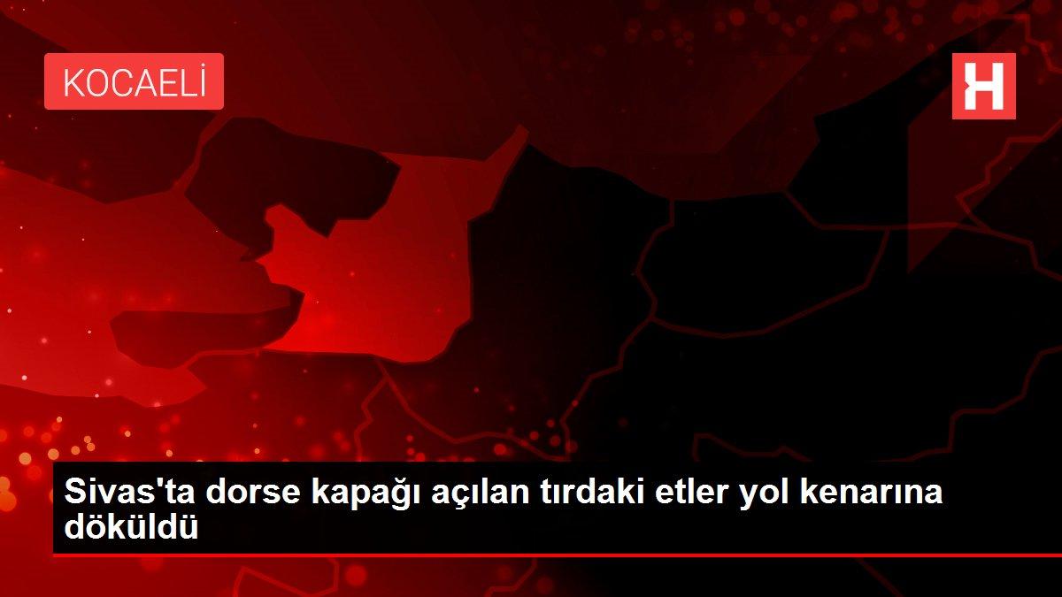 Sivas'ta dorse kapağı açılan tırdaki etler yol kenarına döküldü