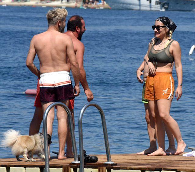 Tatil sezonunu açan İrem Derici, denize şortla girdi