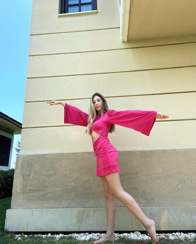 Yasmin Erbil, pembe mini elbisesiyle beğeni topladı