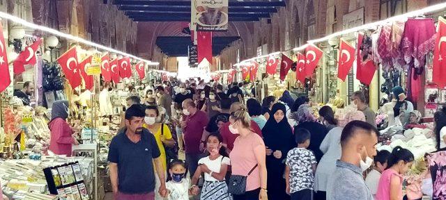 Bakan Koca'nın 'Vaka az' dediği Edirne'ye bayramda binlerce kişi akın etti