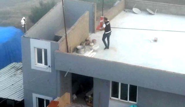 Polis, operasyon sırasında yerdeki Türk bayrağını kaldırdı