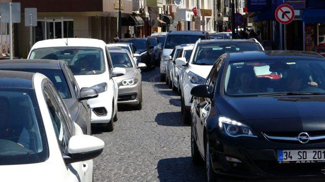 Tatilcilerin bayram dönüşü başladı, trafik kilitlendi