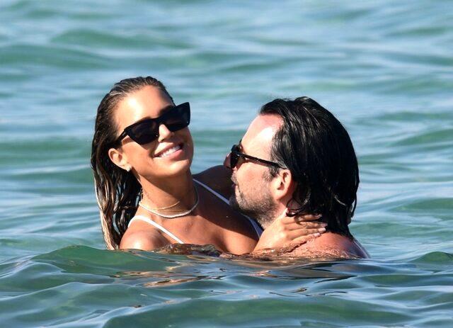 Ünlü sunucu Sylvie Meis, nişanlısıyla denize öpüşürken yakalandı