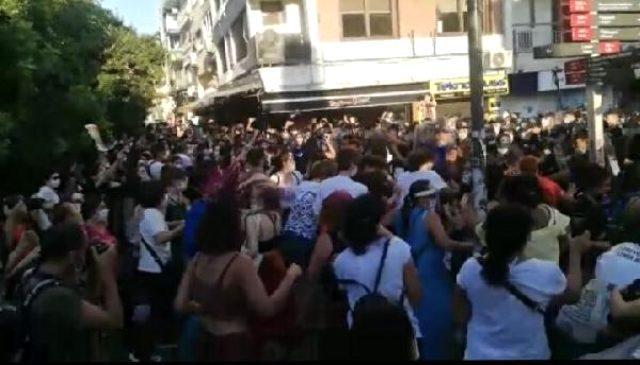 İzmir'de izinsiz yürüyüş yapmak isteyen kadınlara polis müdahale etti: 16 gözaltı