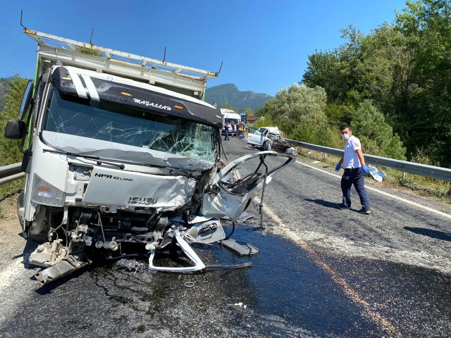 Otomobil ile kamyonun çarpıştığı kazada can pazarı yaşandı: 2 ölü, 3 yaralı