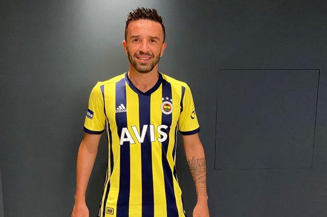 Fenerbahçe, transferlerle birlikte yeni sezonda giyeceği çubuklu formayı da tanıttı