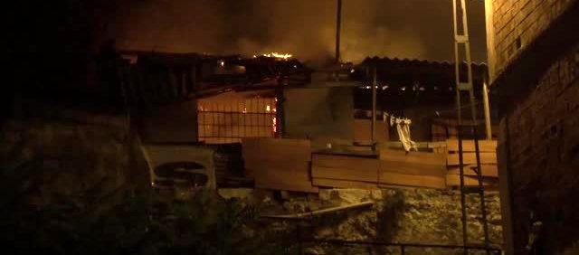 Mangaldan çıkan yangın eve sıçradı, ev kullanılamaz hale geldi