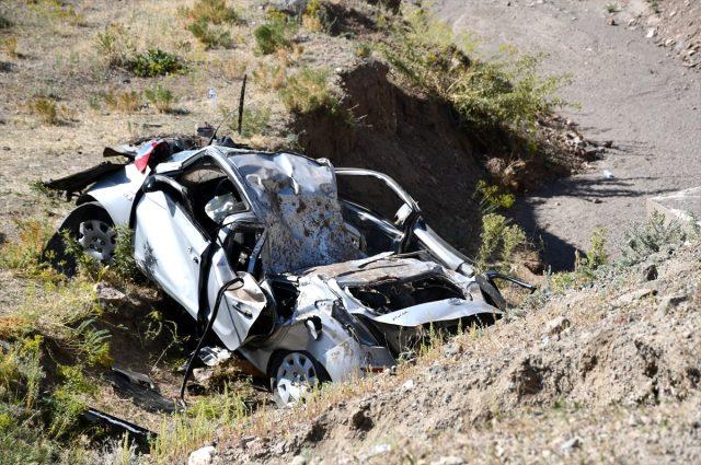 Sürücüsünün kontrolünü yitirdiği otomobil şarampole devrildi: 3 ölü, 2 yaralı
