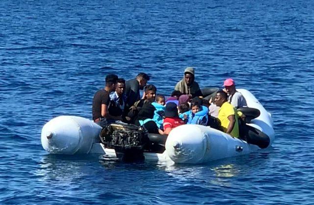 Yunanistan'ın motorunu söküp karasularımıza ittiği sığınmacı botunu Türk Sahil Güvenliği kurtardı
