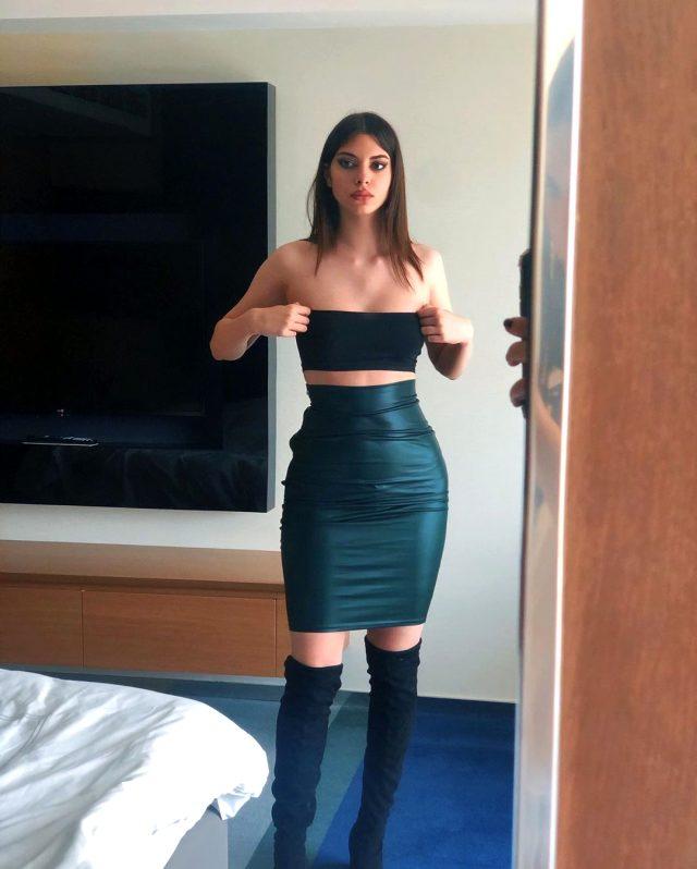 Defne Samyeli'nin kızı Derin Talu, göğüs dekolteli paylaşımında haç sembollü kolyesi tepki çekti