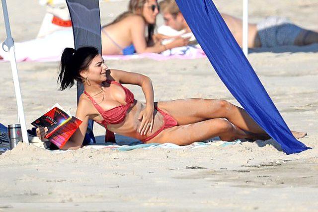 Dünyaca ünlü model Emily Ratajkowski, sahilde fotoğraflandığını fark edince poz vermekten geri durmadı