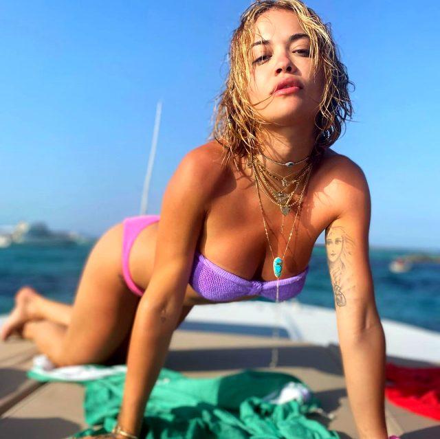 Güzel şarkıcı Rita Ora, altın renkli bikinisiyle dudak ısırttı