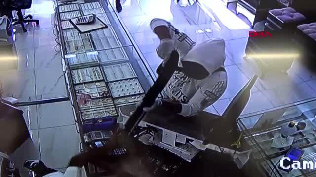 KONYA Kuyumcu, tüfekle soyguna gelen şüphelilerden birini bacağından vurdu
