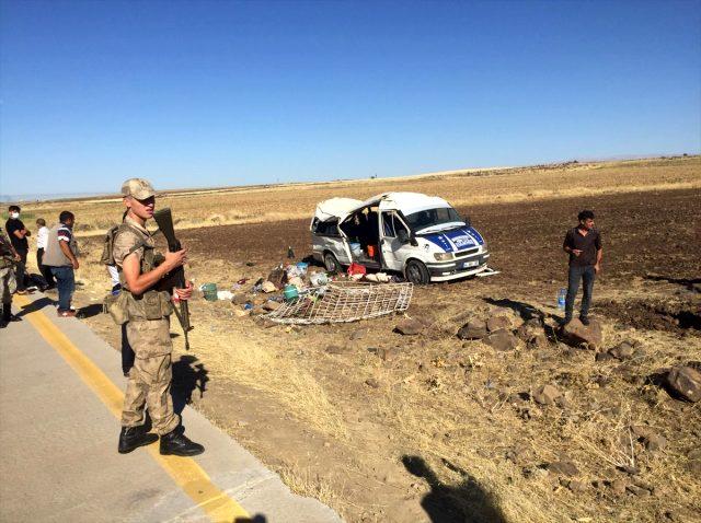 Şanlıurfa'da tarım işçilerini taşıyan minibüs devrildi: 20 yaralı