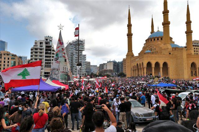 Lübnan'ın başkenti Beyrut'ta protestocular Dışişleri Bakanlığı binasını bastı