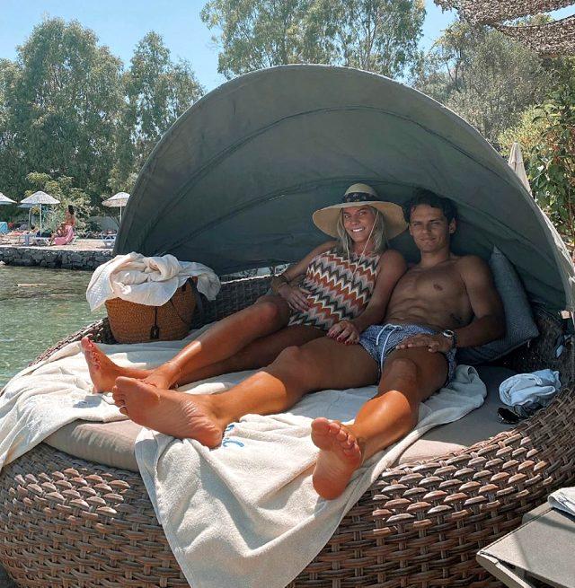 Milli futbolcu Enes Ünal eşiyle tatilin tadını çıkarıyor