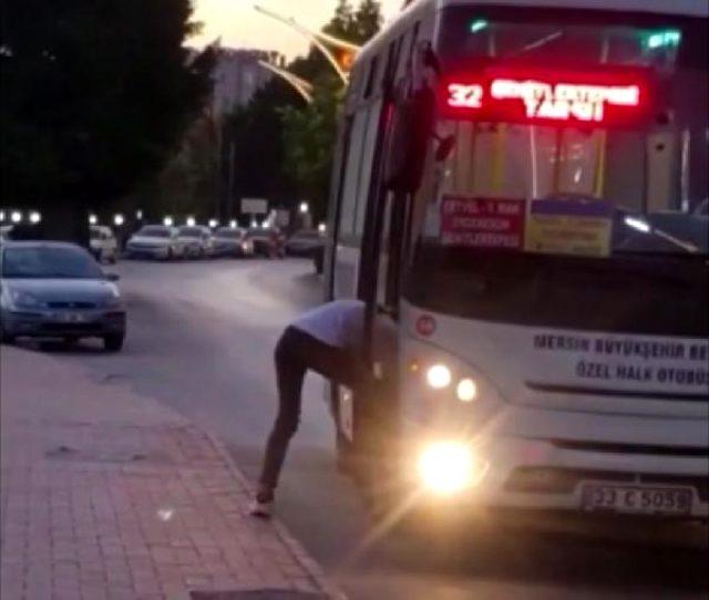 Otobüsü durduran genç, binmek yerine kapı eşiğinde ayakkabılarının bağcıklarını bağladı