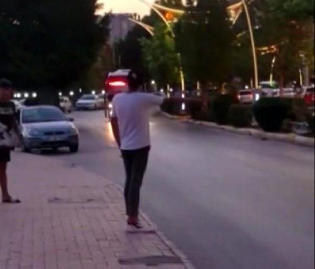 Otobüsü durdurdu, binmek yerine eşikte ayakkabılarının bağcıklarını bağladı