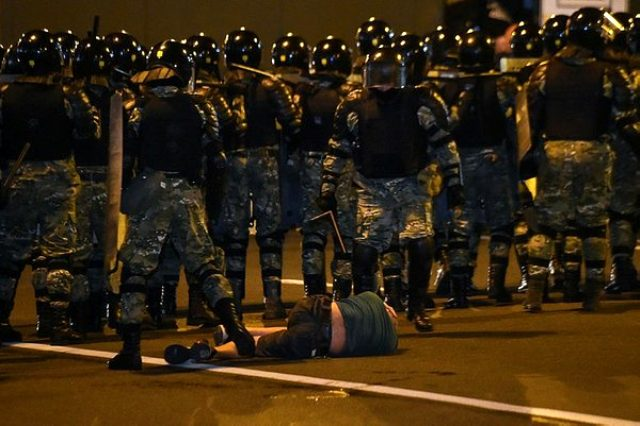 Belarus'ta seçimlerin ardından meydanlar karıştı! Muhalifler sokaklara döküldü