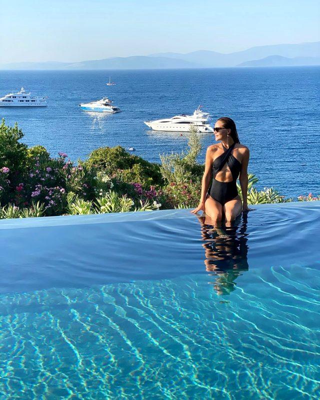 Ebru Şallı'dan aşk dolu tatil pozları