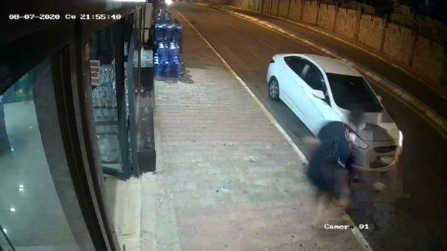 Hırsızı durdurmak isterken canından oluyordu, o anlar saniye saniye kamerada!