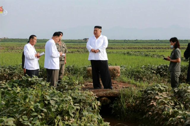 Kuzey Kore Lideri Kim'i çamurlu arazi aracından inerken gören köylüler ne yapacaklarını bilemedi