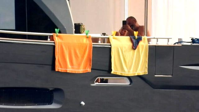 Ayrıldıkları konuşulan Serenay Sarıkaya ve Cem Yılmaz, teknede sarmaş dolaş yakalandı