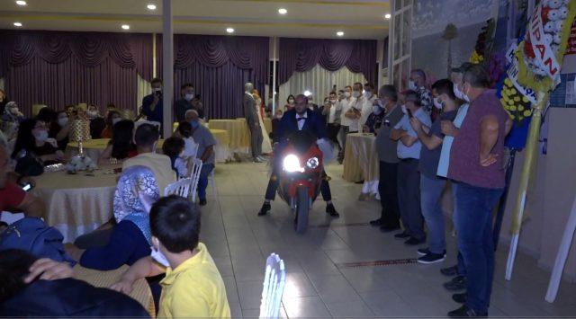 Görenler şaşkına döndü! Damat, düğün salonuna motosikletle giriş yaptı