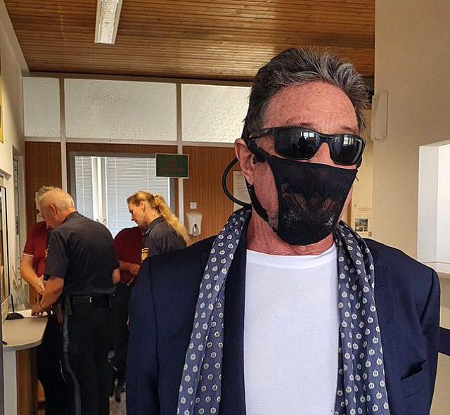 Maske yerine kadın iç çamaşırı takan ünlü iş insanı John McAfee gözaltına alındı