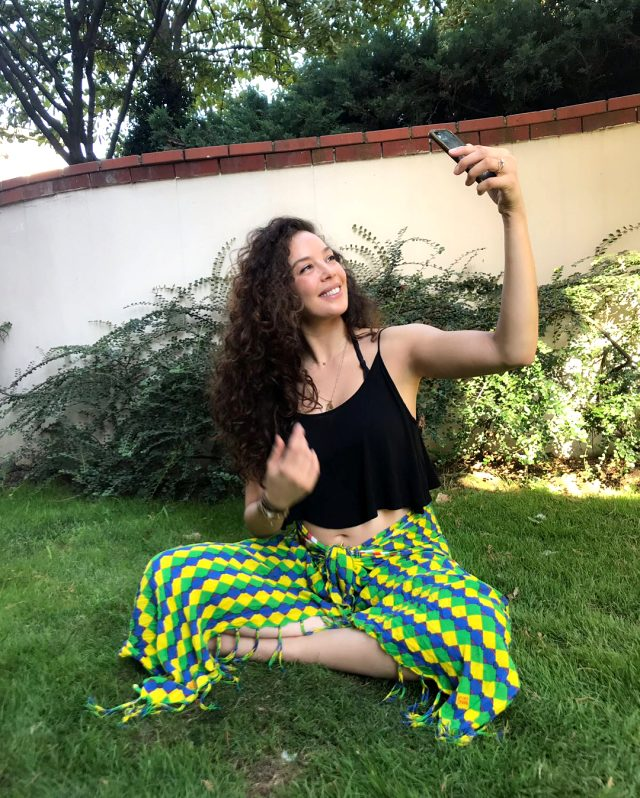 Ünlü model Azra Akın'a nazar değdi!