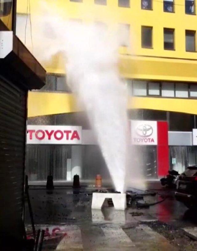 Beşiktaş'ta su borusu patladı, yollar göle döndü