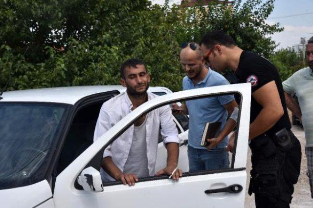 Otomobilinde bıçaklandı, 1600 lirası gasp edildi